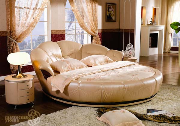практичная круглая кровать в интерьере