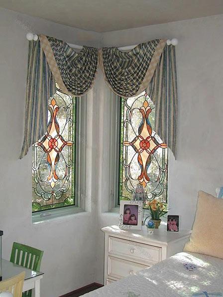 окно с витражом в интерьере