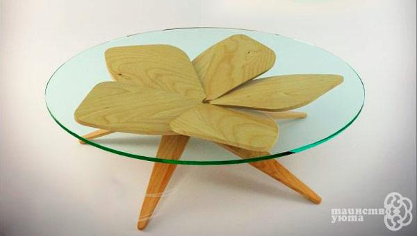 низкий журнальный стол из стекла и дерева