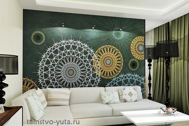 яркая стенв за диваном